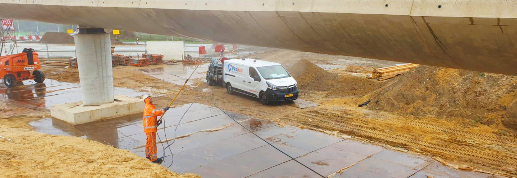 Groene aanslag van beton verwijderen